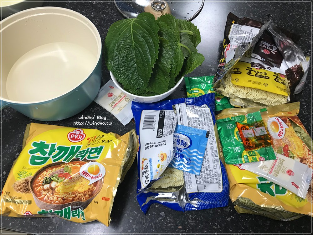 帶爸媽玩釜山∥ 民宿內煮泡麵當早餐,記得買韓國紫蘇葉芝麻葉才更夠味