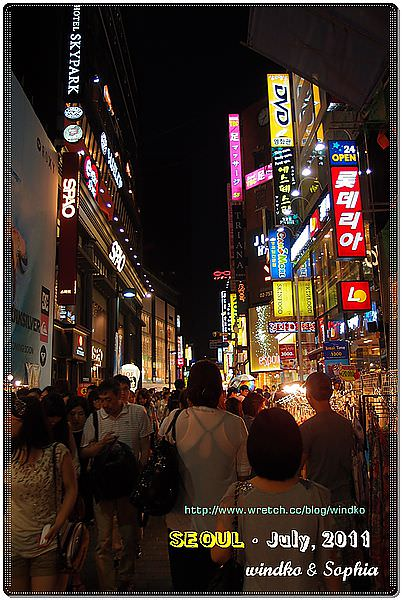 週六夜晚的熱鬧明洞街頭02.JPG